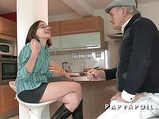 Papy baise une jeune et jolie murkiness etudiante